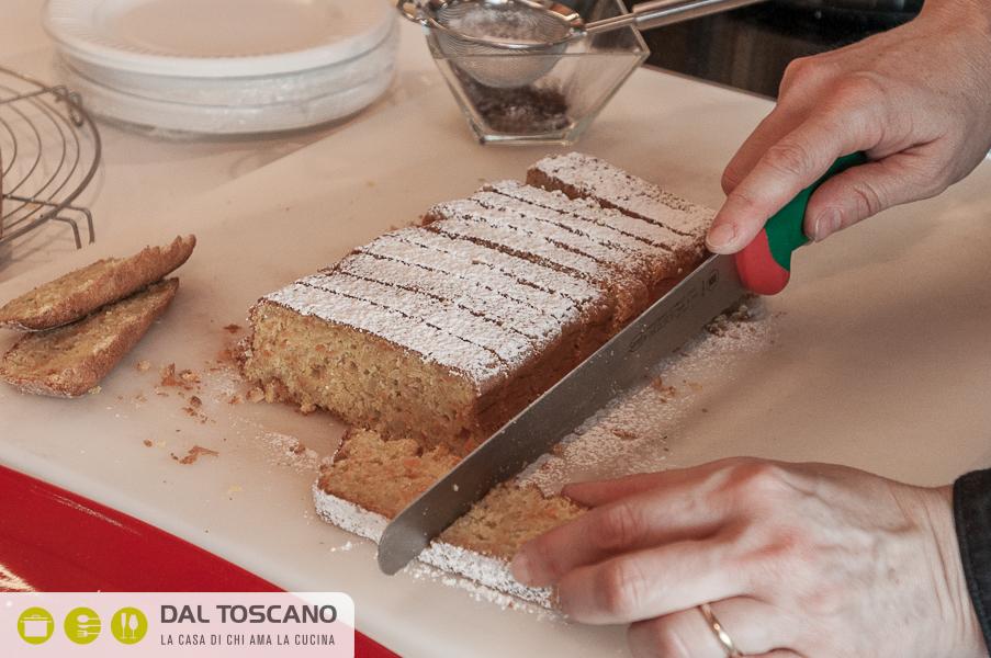 Tagliare fetta di torta di mele e carote