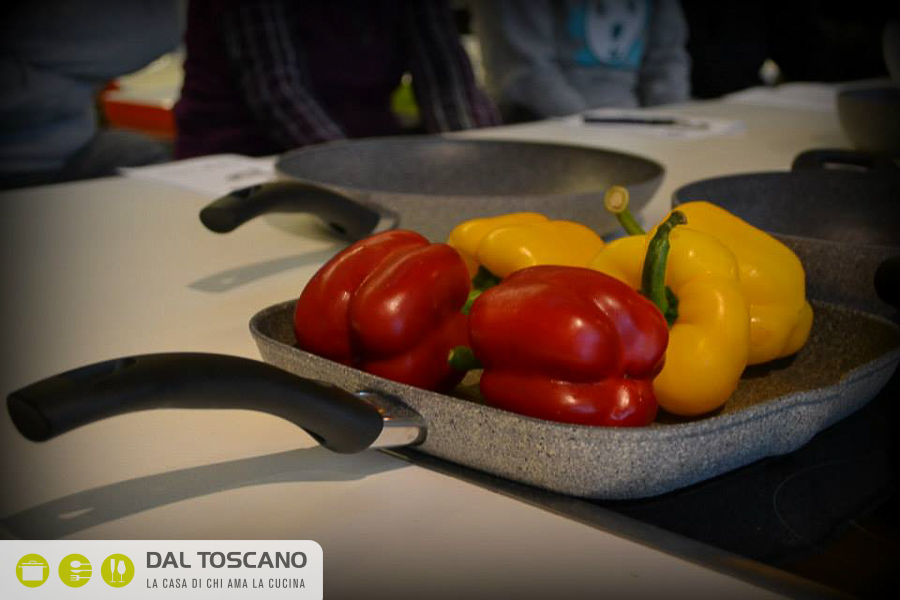 peperoni gialli e rossi su bistecchiera