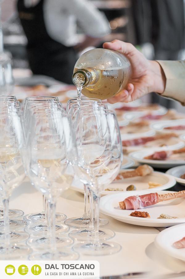come versare vino spumante nel bicchiere