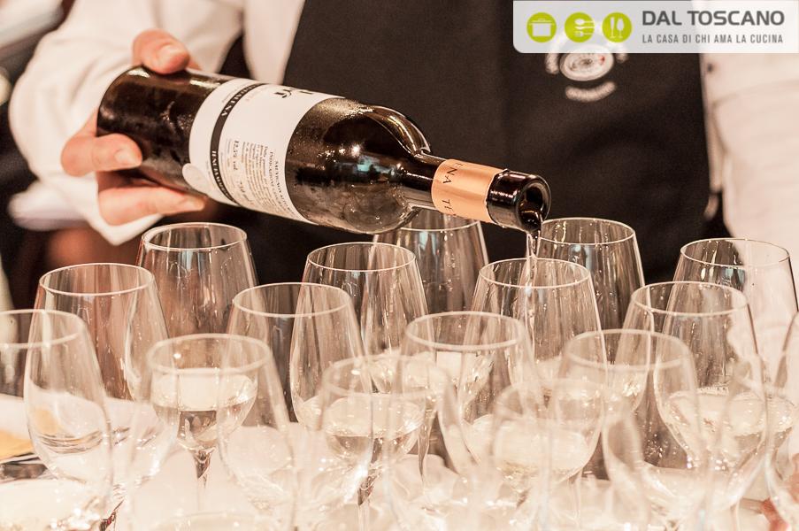 Versare vino Tenuta Maddalena nei calici
