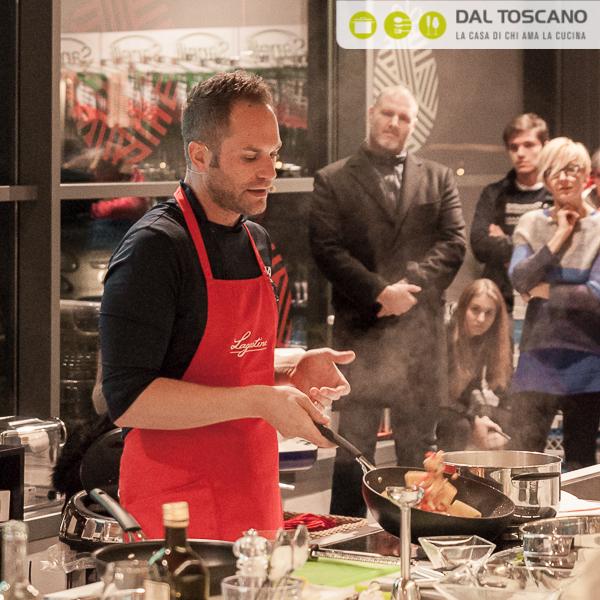 Simone Rugiati mentre cucina al Centro Casalinghi Dal Toscano di Cerese - Mantova
