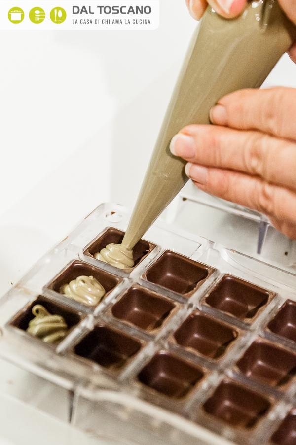 riempire cioccolatini con crema al pistacchio
