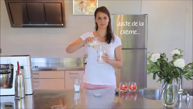 Inserire panna e zucchero nel vaso di vetro Creazy Cookut