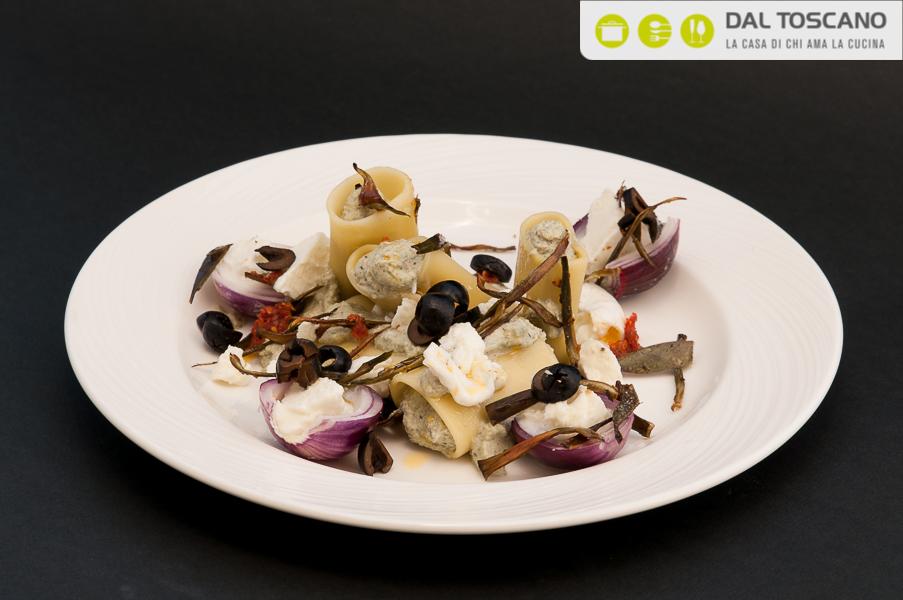 piatto pasta paccheri con carciofi, ricotta, cipolle al sale, noci e olive nere