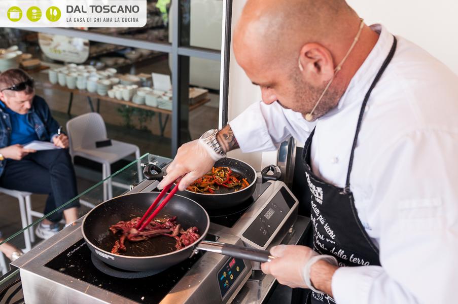 Michele Cannistraro cucina con padelle Agnelli