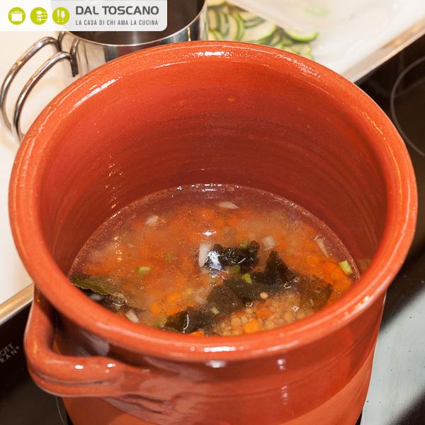 cuocere lenticchie in pentola terracotta sul fuoco