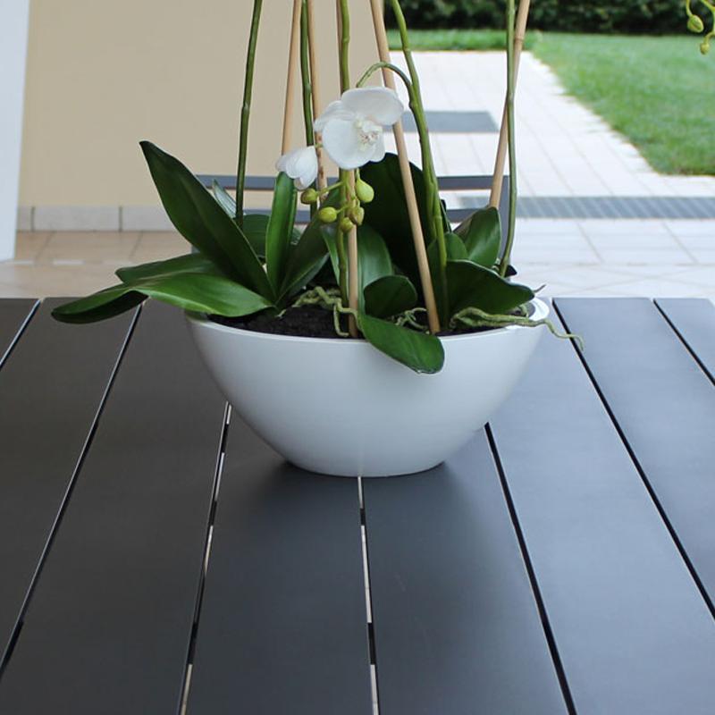 Tavolo da esterno con vaso